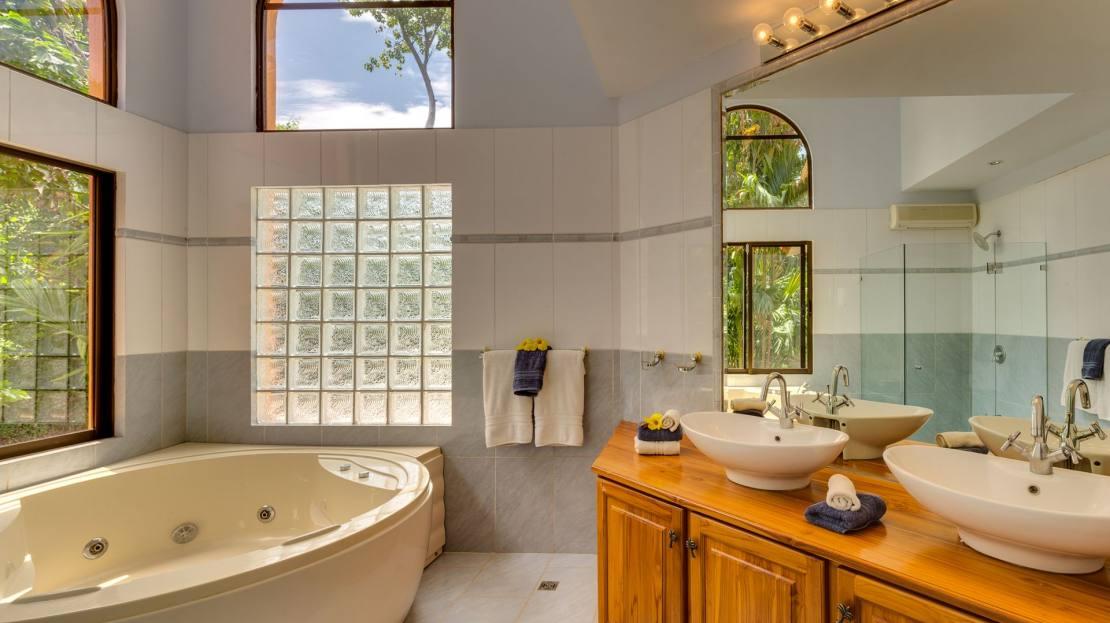 Villa 4_Master Bathroom
